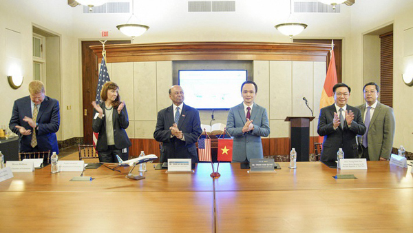 Lễ ký kết thoả thuận mua 20 máy bay Boeing 787-9 Dreamliner diễn ra tại Phòng Thương mại Mỹ dưới sự chứng kiến của Phó Thủ tướng Chính phủ Vương Đình Huệ